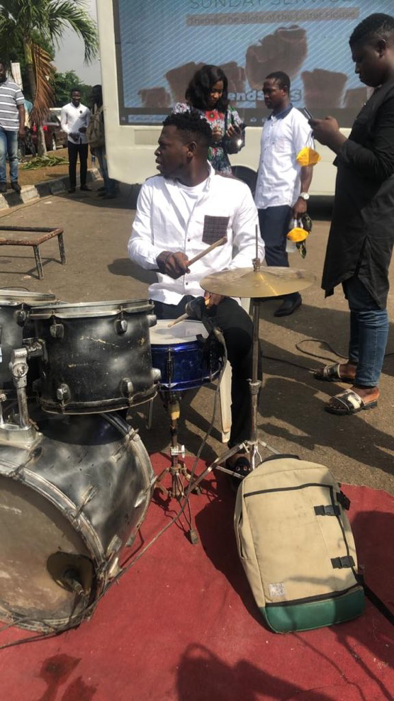 Protest Sunday Service, ENDSARS: Protesters Hold Sunday Service Outside Lagos State Govt House (Photos)